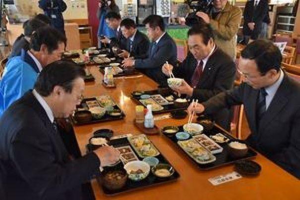 「横浜なまこ御膳」を試食する野坂町長(左)ら