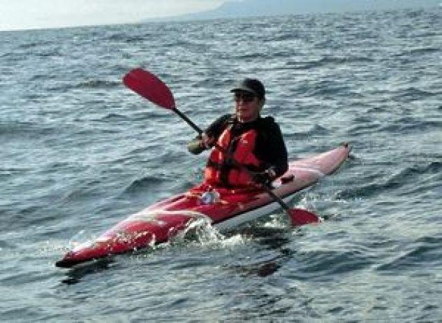 パドルをこぎ、カヌーで津軽海峡を渡る北さん(本人提供)