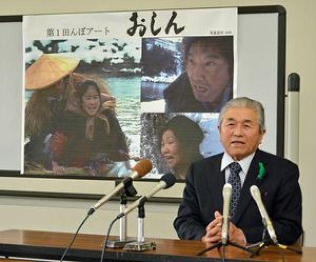 田んぼアート第1会場の図柄に決まった「おしん」について説明する鈴木村長