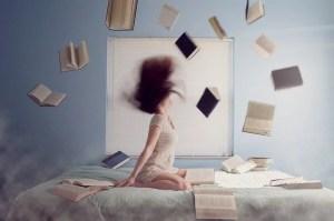 Frau mit fliegenden Büchern