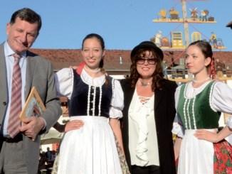 Polens Botschafter Jerzy Margañski mit Schönheiten seines Landes - Fotos: Gero Schreier