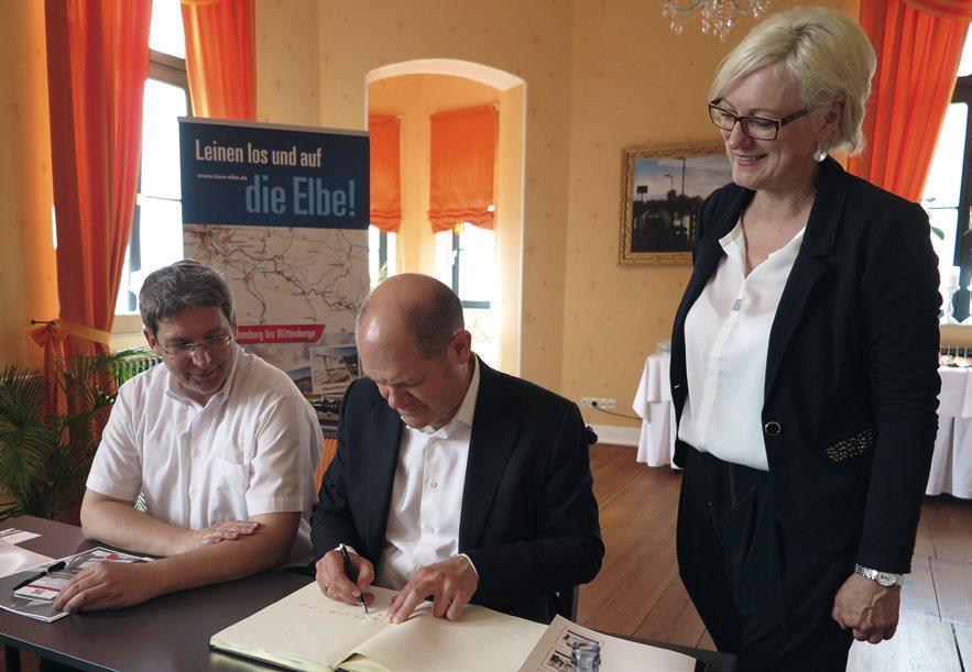Olaf Scholz trägt sich in das Goldene Buch von Wittenberge in Anwesenheit von Bürgermeister Oliver Hermann und Dagmar Ziegler, MdB, ein