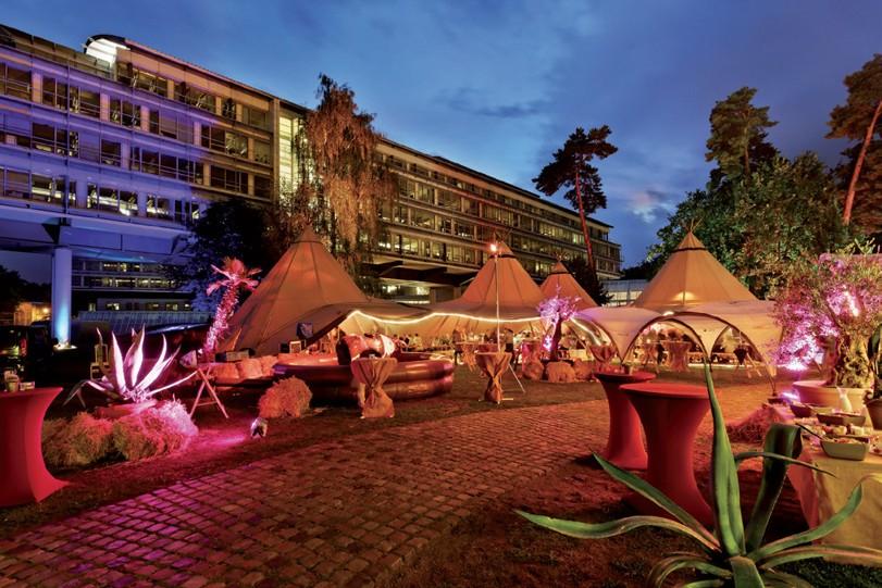 Der Eventgarten des Kongresshotels Potsdam am Templiner See mit den fünf großen Tentipi-Zelten - Foto: Hagen Immel