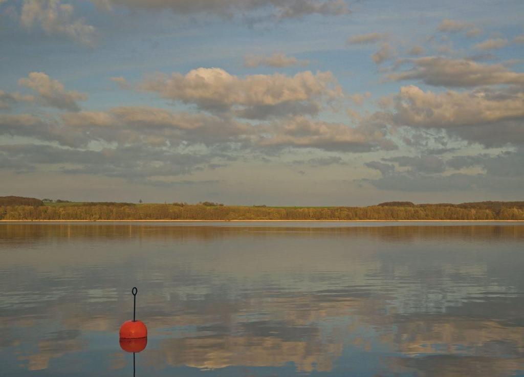 Das Ost- und das Westufer des Ratzeburger Sees können ganz unterschiedliche Geschichten erzählen. Heute lässt sich der ganze See umrunden. Foto: Thomas Ebelt