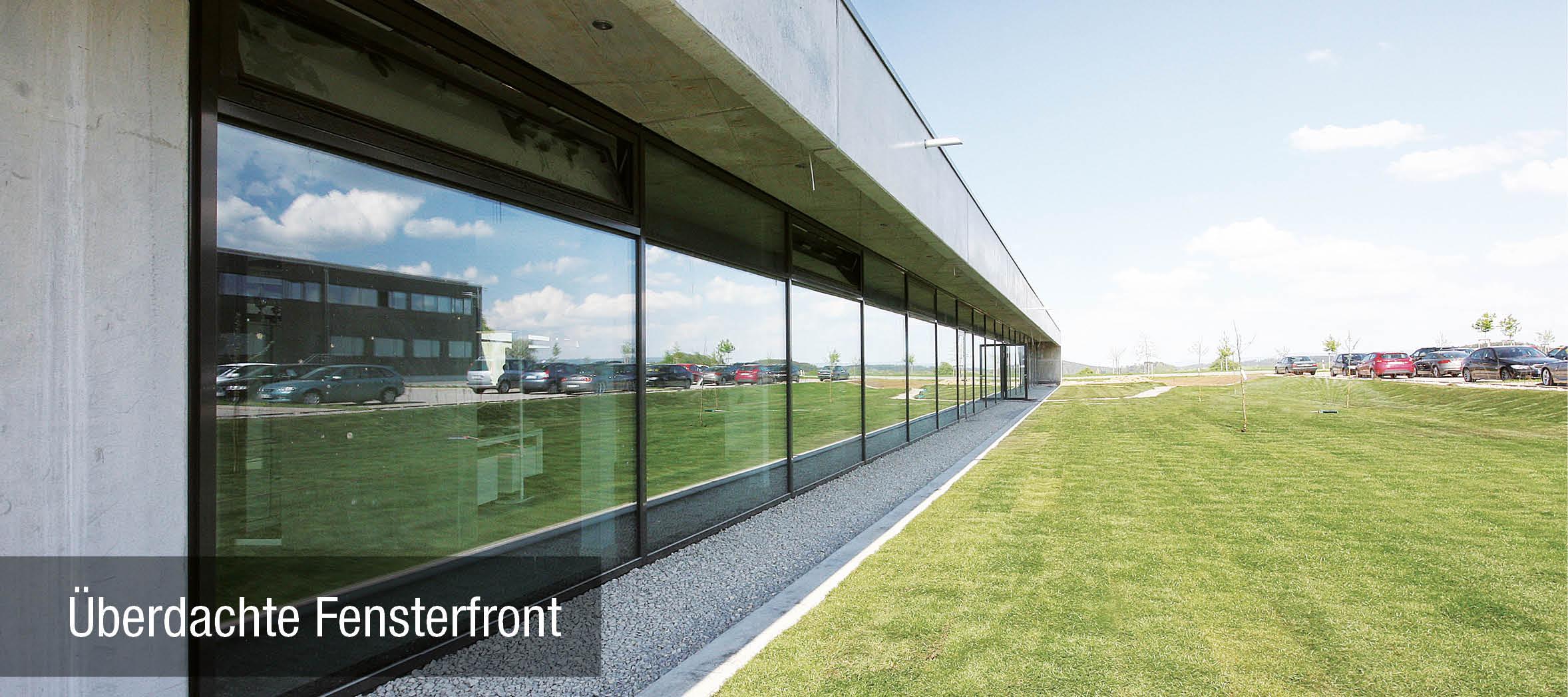 Überdachte Fensterfront bei dem Neubau