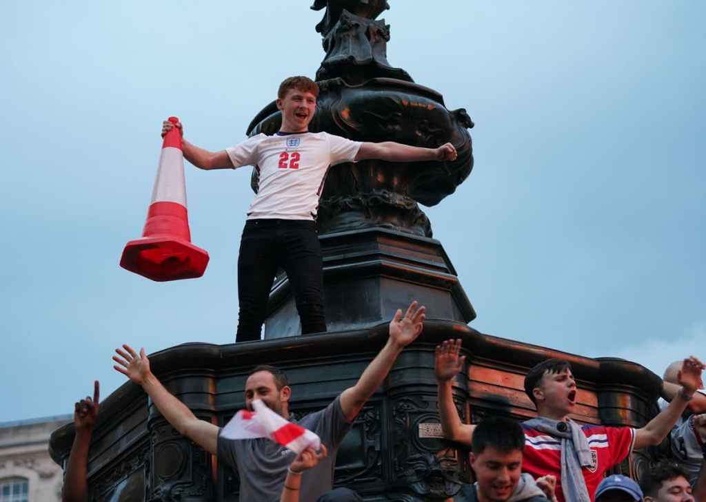 Rome Alone: Italy-based England fans rush to get quarter-final tickets