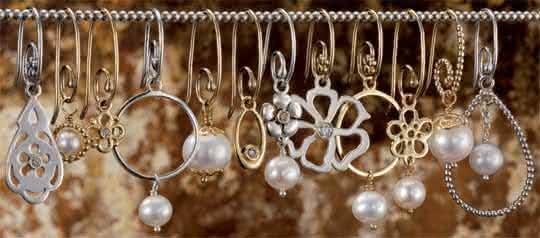 Usar bijuterias pratas douradas e rose