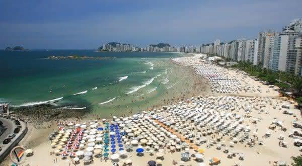 praia das pitangueiras uma das praias mais lotadas do brasil