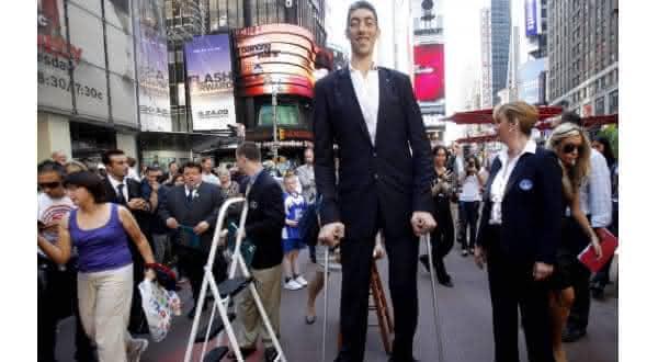 Sultan Kosen um dos homens mais altos do mundo recorde