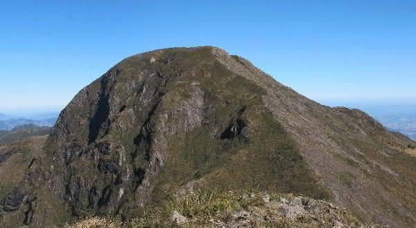 Pedra da Mina entre os picos mais altos do brasil