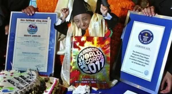 Khagendra Thapa Magar entre as menores pessoas da historia