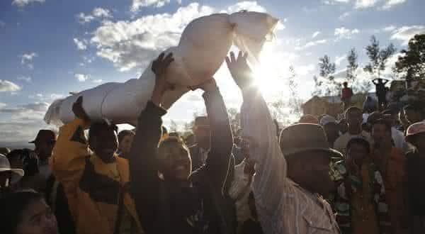 dancando com os mortos entre as mais bizarras tradicoes no mundo