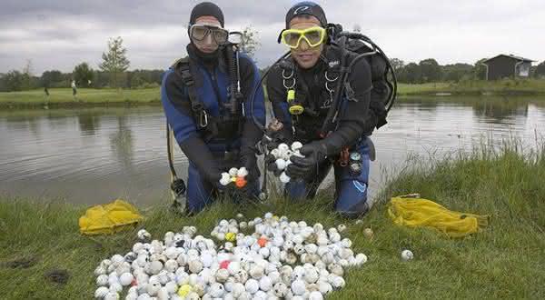 mergulho para encontrar bolas entre os empregos mais estranhos do mundo