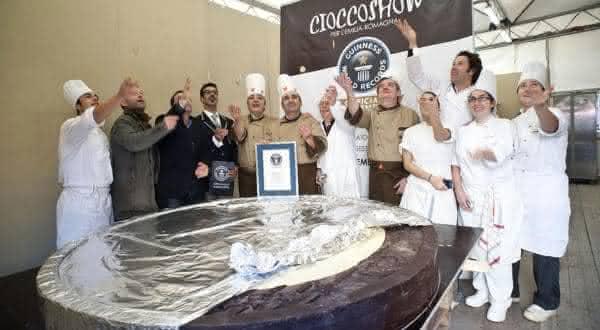 maior moeda de chocolate entre os maiores alimentos do mundo