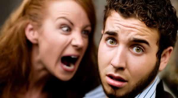 submissa entre erros que as mulheres cometem em um relacionamento