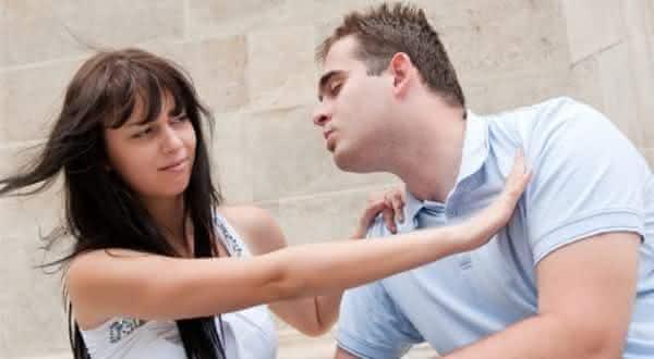 ela o evita entre os sinais de que ela provavelmente ira te trair