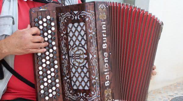acordeão entre os instrumentos musicais mais difíceis de aprender a tocar