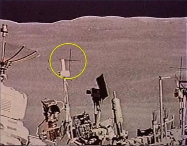 traços cruzados ntre as razoes pelas quais a chegada do homem a lua e falsa
