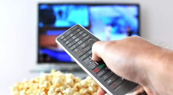Assistir filmes positivos entre as maneiras de superar o desanimo