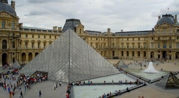 Palacio do Louvre entre os maiores palacios do mundo
