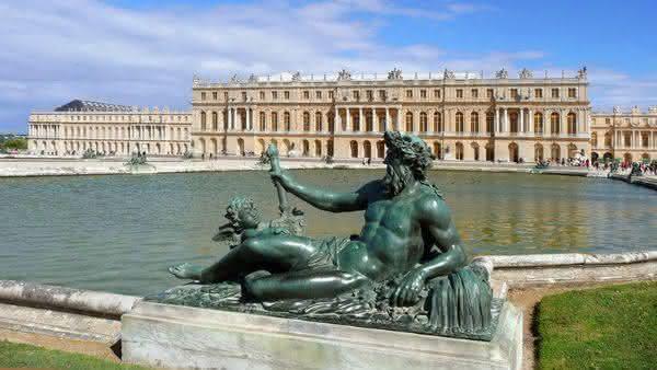 Palacio de Versalhes entre as atracoes turisticas mais populares na Franca