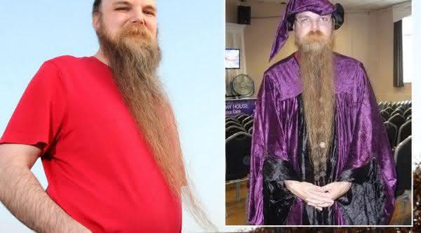 Paul Wright entre as barbas mais longas do mundo