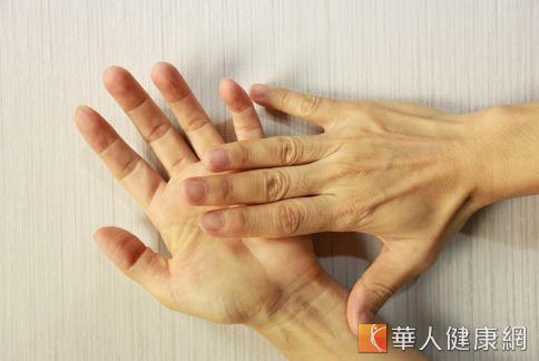 甜蜜懲罰?手浴+招財貓舒緩媽媽手 | 華人健康網