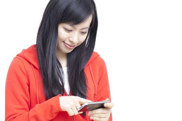 睡前關燈滑手機 誘發急性青光眼?   華人健康網
