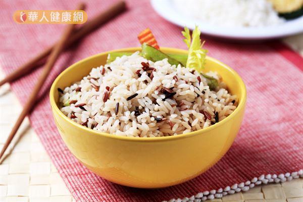 白飯改成糙米飯!加速新陳代謝,糙米的gi值約55,讓熱量均衡,1週甩掉700大卡 | 華人健康網