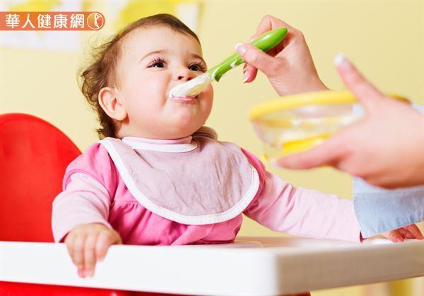 餵副食品有技巧!1歲前不能用鮮奶取代母奶或配方奶 | 華人健康網
