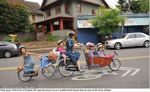 女超人!母連結單車載6子上學 | 華人健康網