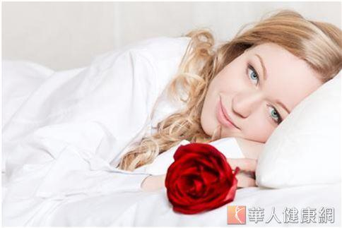 一旦睡眠減少、不足,自由基就會開始變多,肌膚便會提早老化,不但會出現暗沉、黑眼圈、泛油等表徵外,長時間下來,甚至會造成細紋增多、毛孔粗大等不易修復的肌膚問題發生。