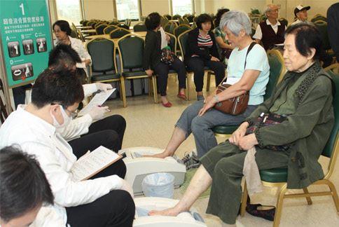 醫師建議年長的婦女,應定時做骨密度檢測,以確認自己有沒有骨質疏鬆問題。(圖片提供/中華民國骨質疏鬆症學會)