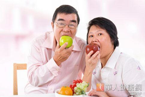 多吃清熱潤肺水果,如梨或是蘋果,具有緩解過敏性氣喘效果。
