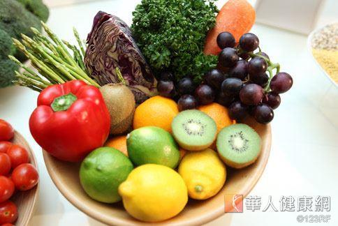 眼科醫師建議,要預防老年性黃斑部病變應多吃深色蔬果。