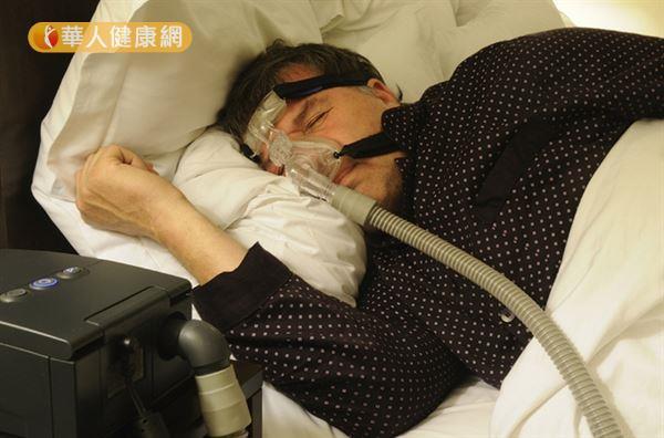 配戴呼吸器,可能引發過敏與脹氣等副作用,且無法根治問題,得一輩子依賴呼吸器睡覺(圖片並非當事者)。