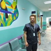 Наскоро дипломиран лекар обикаля селата и лекува безплатно хората