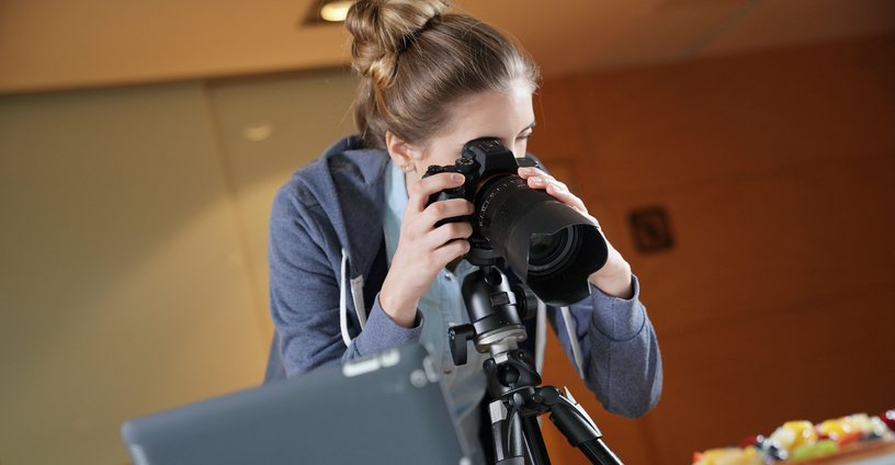 chica fotografiando comida con una camara