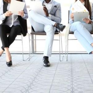 candidatos esperando para una entrevista de trabajo
