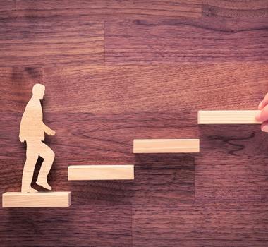 hombre subiendo por escalera de progreso