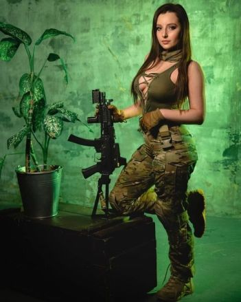 sexi žena v uniforme