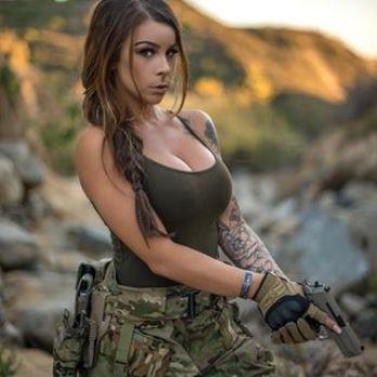sexi prsia vojačka