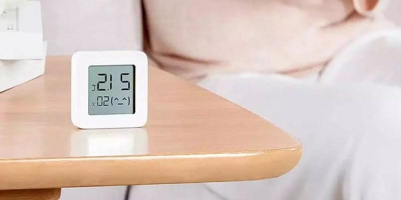 Xiaomi Bluetooth Thermometer 2 su un tavolo