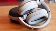 Diseño de los auriculares Sony MDR1000X con su funda