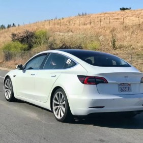 Tesla Model 3 color blanco