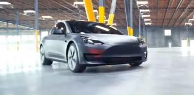 Coche de Tesla en una fábrica