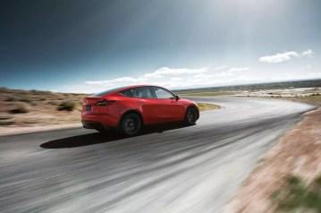Coche Tesla Model Y de color rojo en carretera