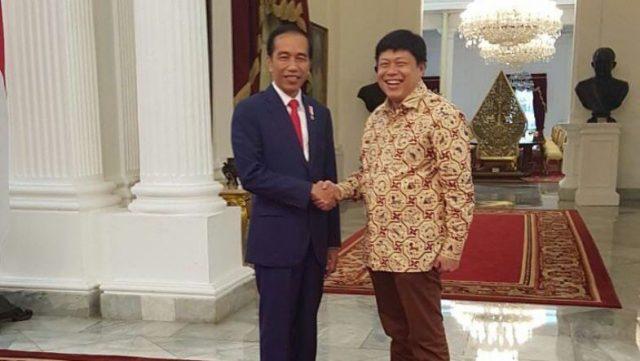 Presiden Jokowi Bersalaman dengan Alex Indra Lukman