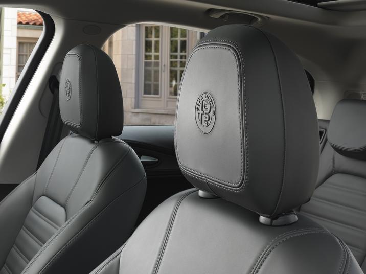 Alfa Romeo Stelvio (Interior-3)
