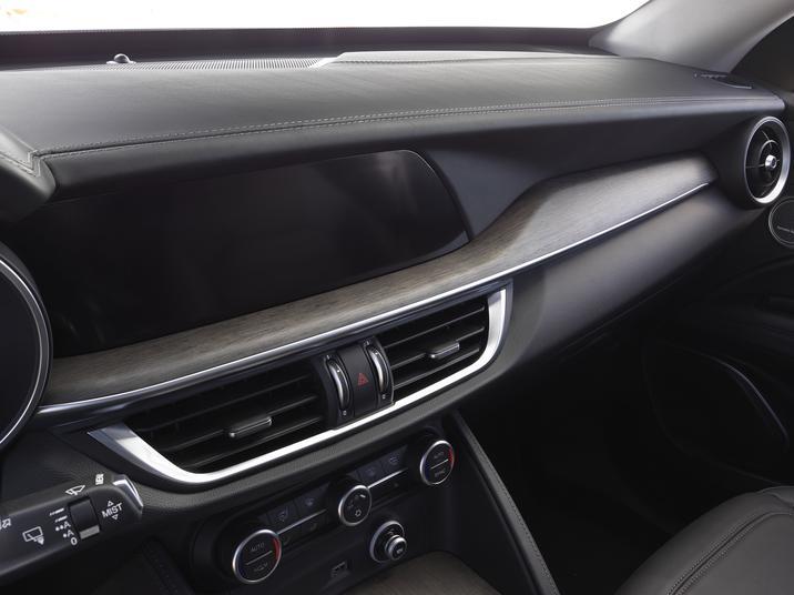 Alfa Romeo Stelvio (Interior-5)